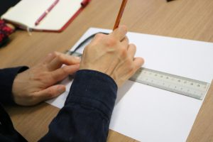 紙に眉の練習をしているお客さまの画像