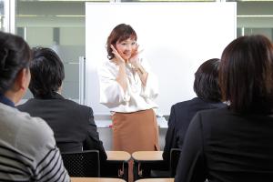 セミナーで話をしている平井聡子